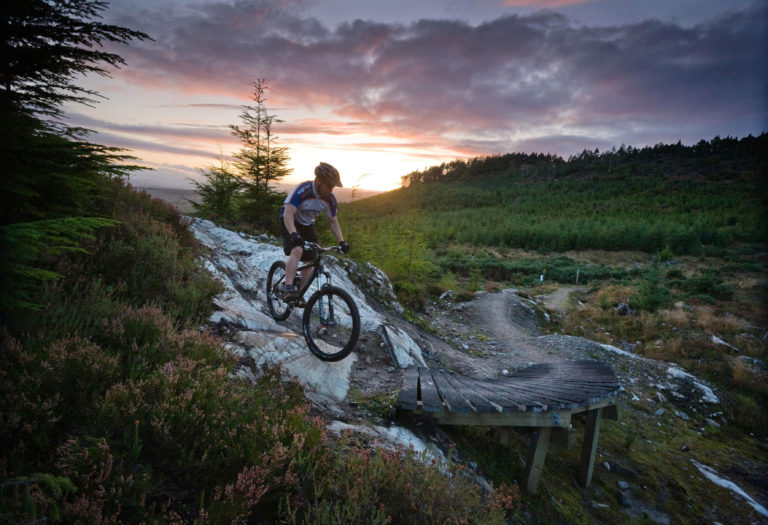 A MOUNTAIN BIKER ON THE BLACK ROUTE  - PART OF THE BALBLAIR MOUNTAIN  BIKE TRAILS (FORESTRY COMMISSION)  NEAR BONAR BRIDGE, SUTHERLAND, HIGHLANDS OF SCOTLAND. SEPTEMBER 2008 PIC: P.TOMKINS/VisitScotland/SCOTTISH VIEWPOINT Tel: +44 (0) 131 622 7174   Fax: +44 (0) 131 622 7175 E-Mail : info@scottishviewpoint.com This photograph cannot be used without prior permission from Scottish Viewpoint.